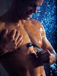 Foto Vrouwen knappen af op lichaamshaar van de man
